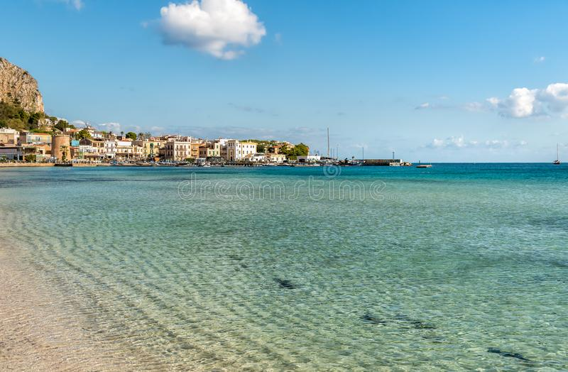 Ansicht von Mondello-Strand mit Einrichtung Charleston auf dem Meer in Palermo stockfoto