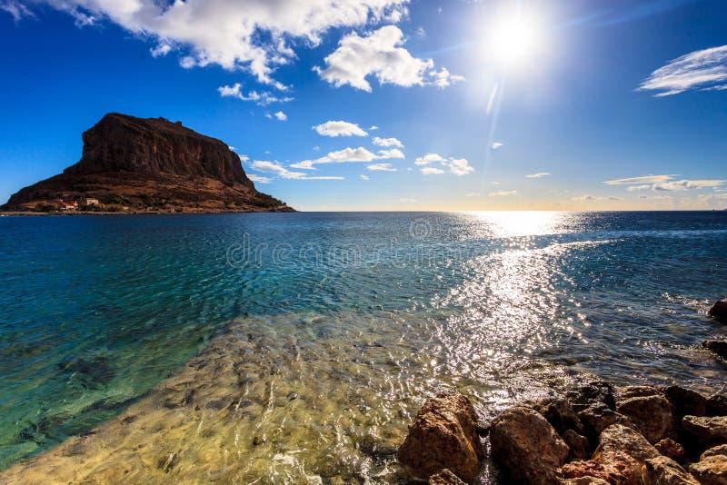 Ansicht von Monemvasia-Insel in Griechenland lizenzfreies stockbild
