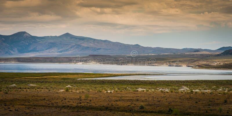 Ansicht von Monosee von Landstraße 395, Kalifornien lizenzfreies stockfoto
