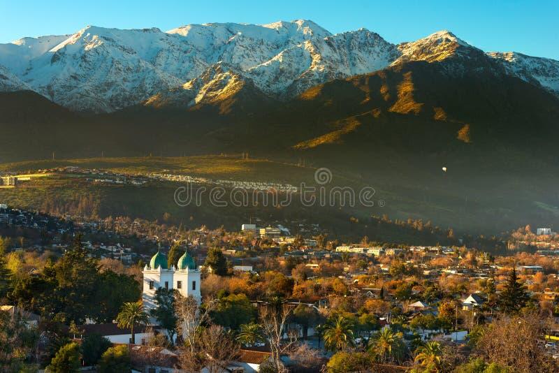 Ansicht von Nachbarschaft Los Dominicos und von Kirche Los Dominicos mit Gebirgszug Los Anden als Hintergrund lizenzfreie stockbilder