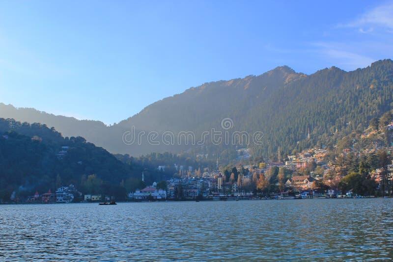 Ansicht von Nainital vom See, Indien stockfotos