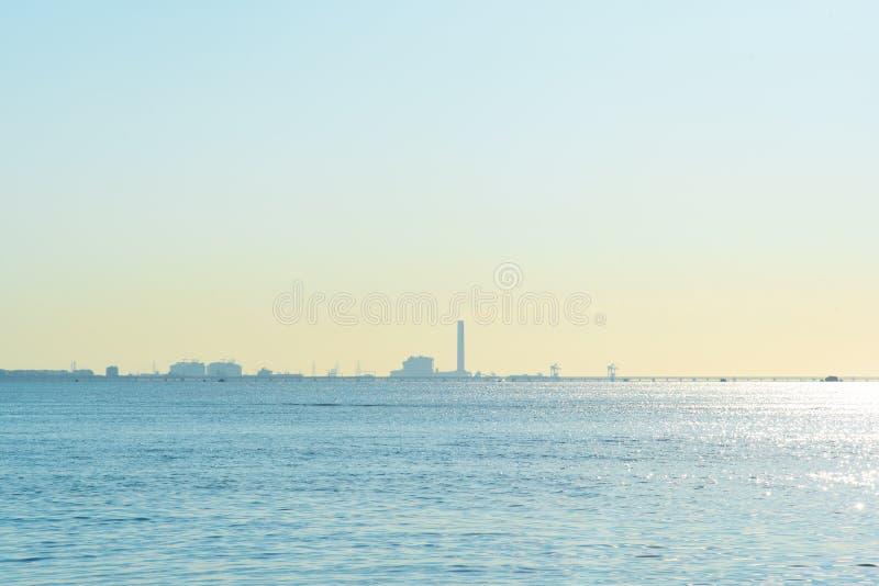 Ansicht von nam Rin-Strand und von Raffinerie Rayong, Thailand lizenzfreie stockfotografie