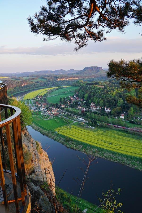 Ansicht von Neurathen Felsenburg über dem Elbe-Tal stockbilder