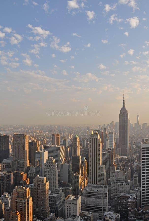 Ansicht von New York City und von Empire State Building von der Spitze des Felsens lizenzfreie stockfotos