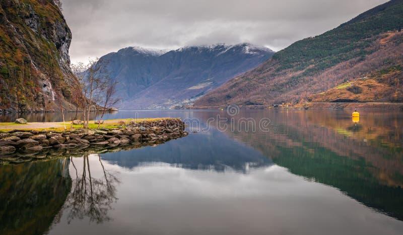 Ansicht von norwegischem Fjord und von Bergen lizenzfreies stockfoto