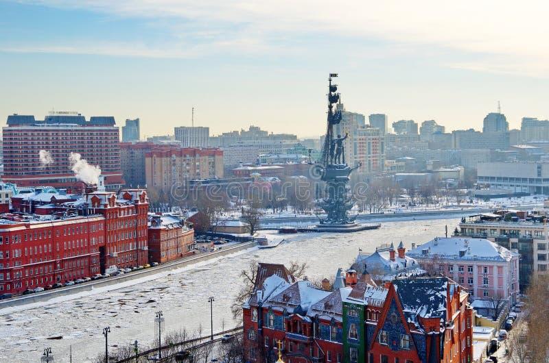 Ansicht von oben genanntem des Moskaus und des Monuments zu Peter der Große, Russland stockfotografie