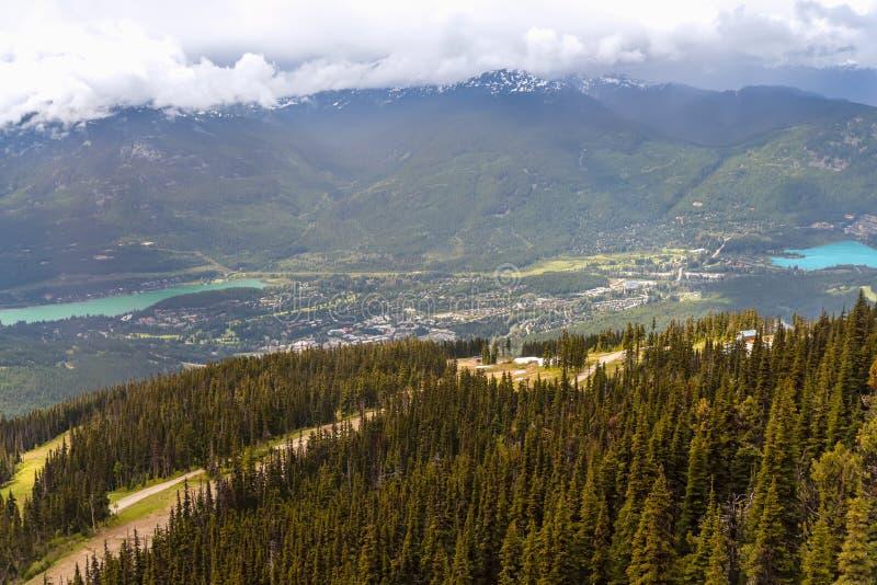 Ansicht von oben genanntem eines Dorfs in den Bergen zwischen zwei Seen, stockbild