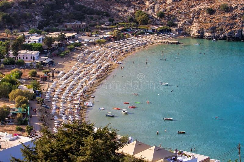 Ansicht von oben genanntem ofmain Strand in Lindos, Rhodos, eine der Dodecanese-Inseln im Ägäischen Meer, Griechenland lizenzfreies stockbild