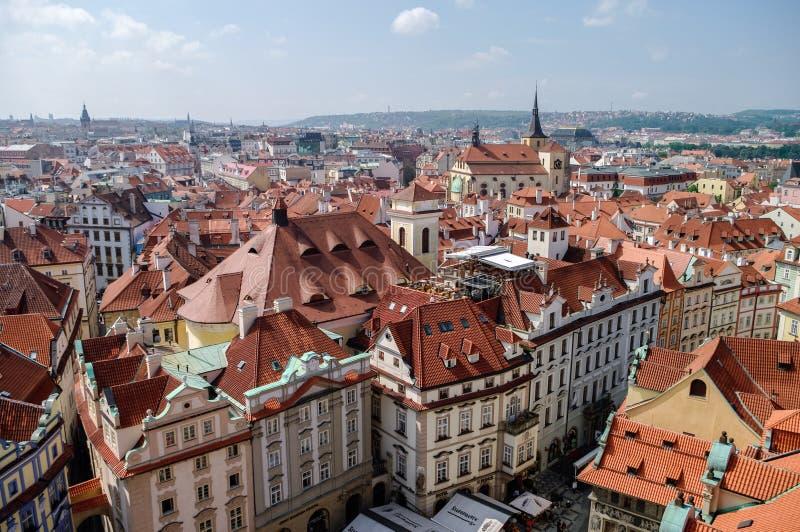 Ansicht von oben genanntem zu mit Ziegeln gedeckten Dächern der alten Stadt, Panorama von Prag, stockbild
