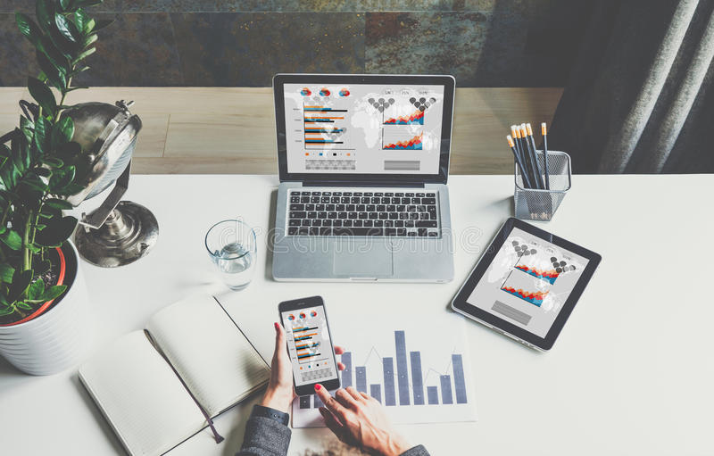 Ansicht von oben, Geschäftsfrau, die am Schreibtisch, unter Verwendung des Smartphone, arbeitend sitzt lizenzfreie stockfotografie