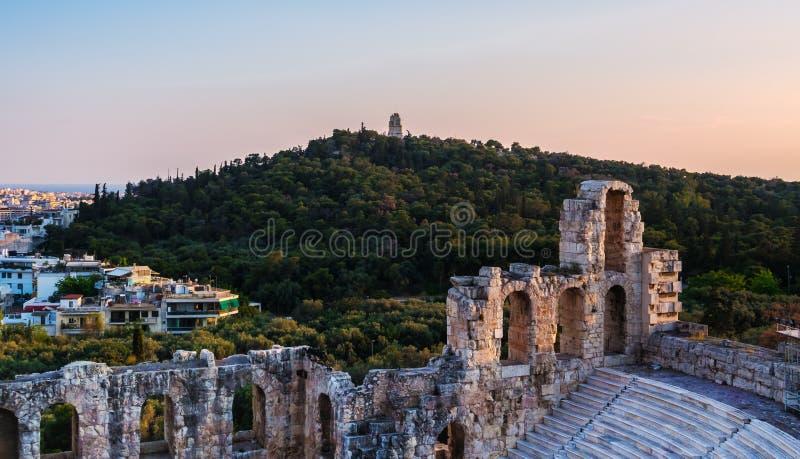 Ansicht von Odeon des Herodes-Atticustheaters auf Akropolishügel, Athen, Griechenland, die Stadt und den Hügel von Musen oder von lizenzfreie stockfotos