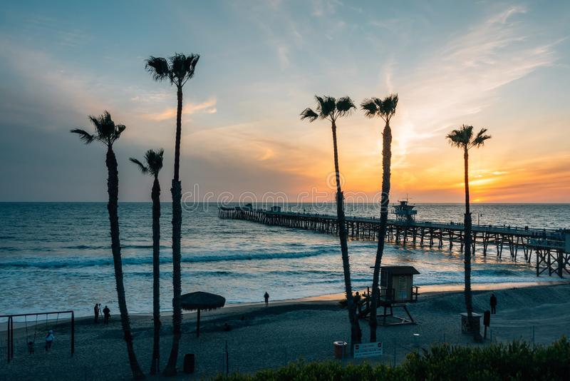 Ansicht von Palmen, von Strand und von Pier bei Sonnenuntergang, in San Clemente, County, Kalifornien lizenzfreie stockfotografie