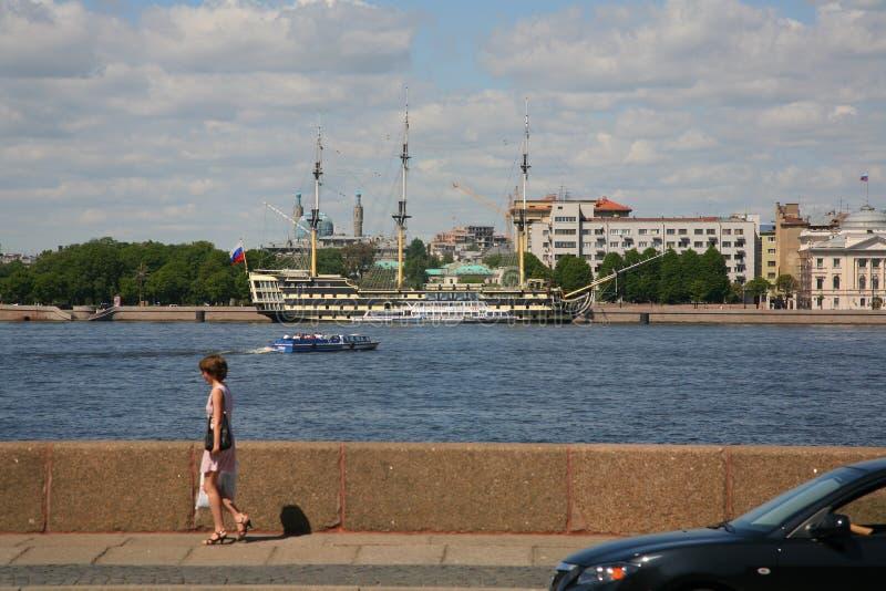 Ansicht von Petrovskaya-Damm des Neva-Flusses vom Kutuzov-Damm und Sommer arbeiten im Garten stockbilder