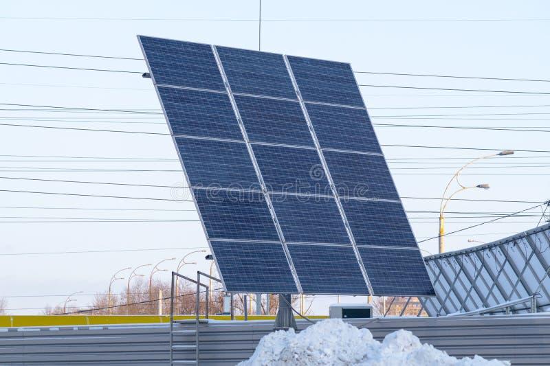 Ansicht von photo-voltaischem im Winter umfasst mit Schnee lizenzfreie stockfotografie