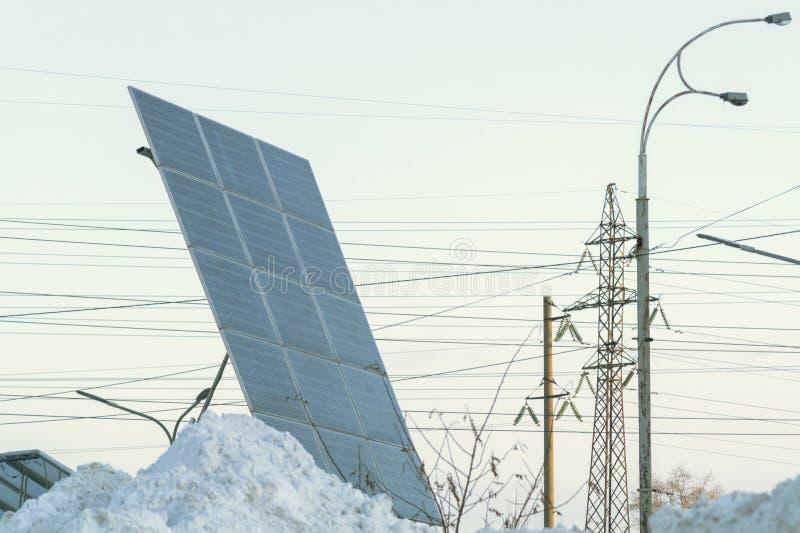 Ansicht von photo-voltaischem im Winter umfasst mit Schnee lizenzfreie stockbilder