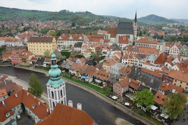 Ansicht von Prag von oben Rote mit Ziegeln gedeckte Dächer Vltava Fluss lizenzfreie stockfotografie