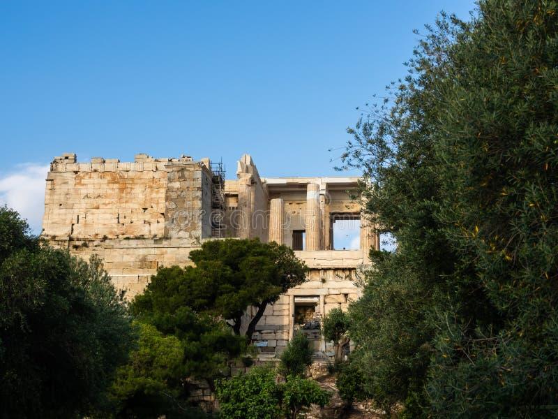 Ansicht von Propylaea-Eingang zum Akropolisbereich auf Athen, Griechenland gegen klaren blauen Himmel und Grün lizenzfreie stockbilder