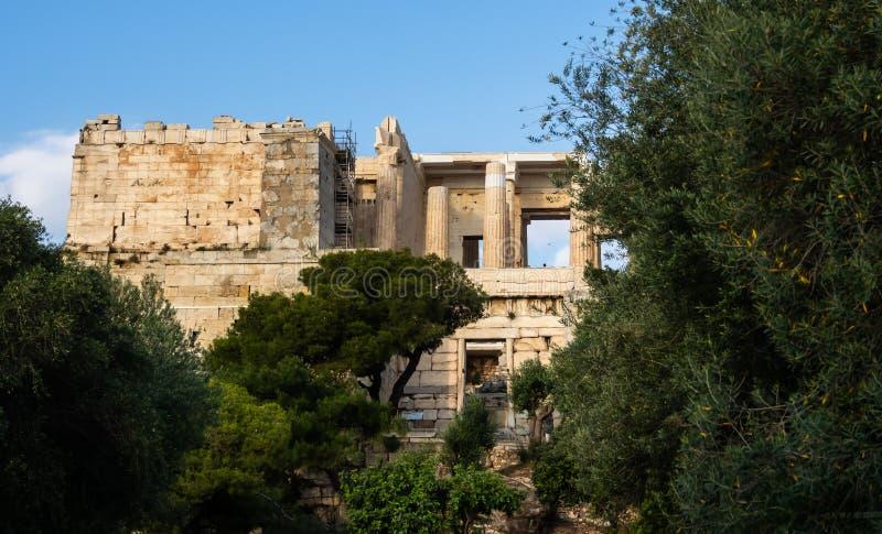 Ansicht von Propylaea-Eingang zum Akropolisbereich auf Athen, Griechenland gegen klaren blauen Himmel und Grün stockbilder
