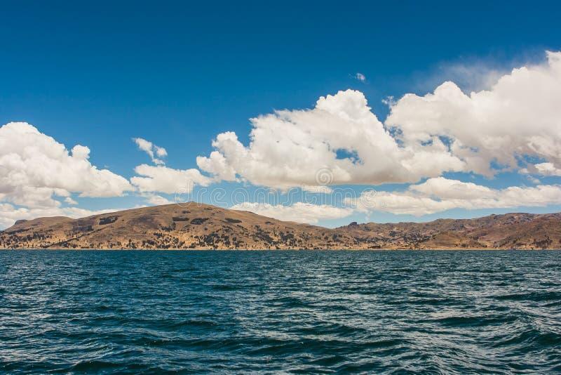 Ansicht von Puno-Bergen vom Titicaca See, Peru stockfoto