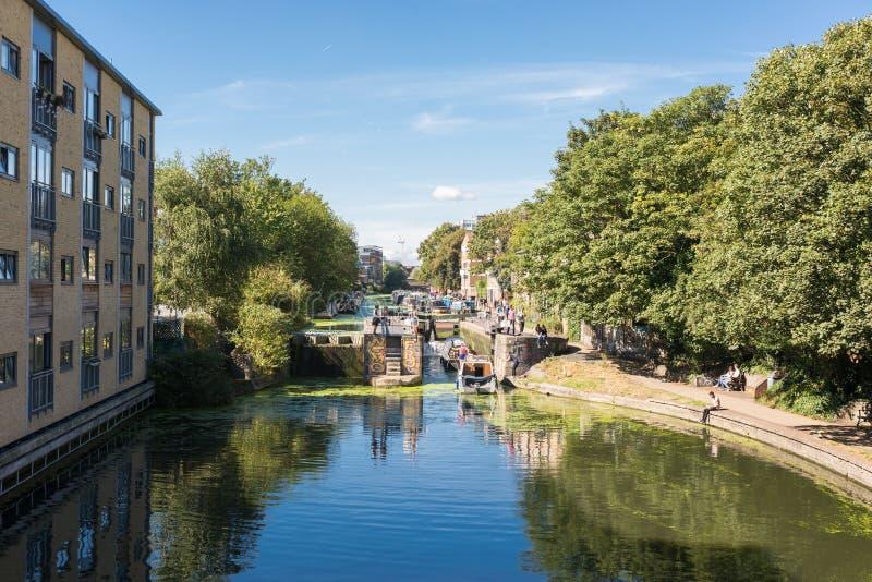 Ansicht von Regent& x27; s-Kanal von einer Brücke nahe Broadway-Markt lizenzfreies stockbild