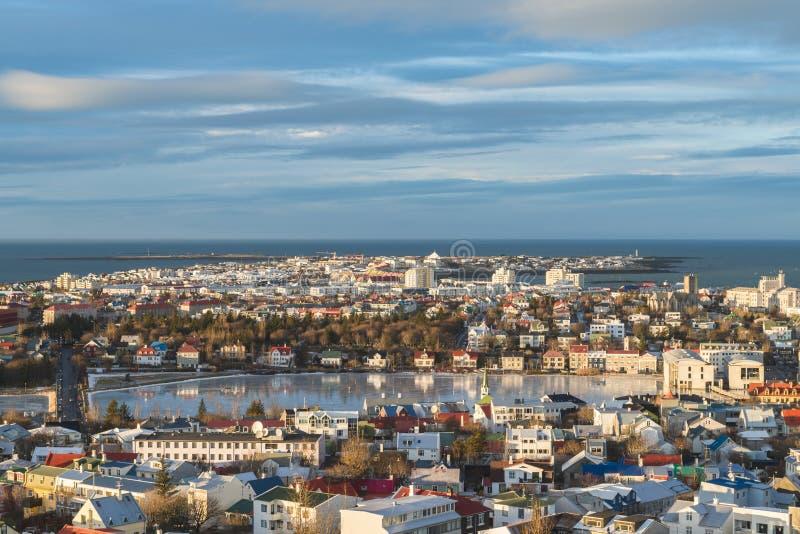 Ansicht von Reykjavik von der Spitze der Hallgrimskirkja-Kirche lizenzfreie stockfotografie