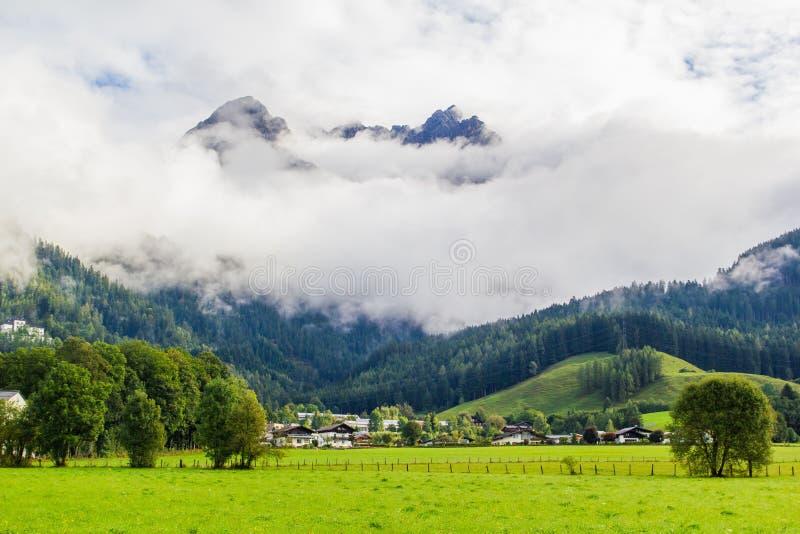 Ansicht von Saalfelden in Österreich in der Richtung von Berchtesgaden stockbild