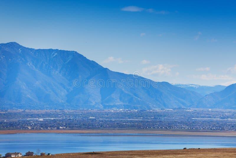 Ansicht von Salt Lake City embosomed in den Bergen stockfotografie
