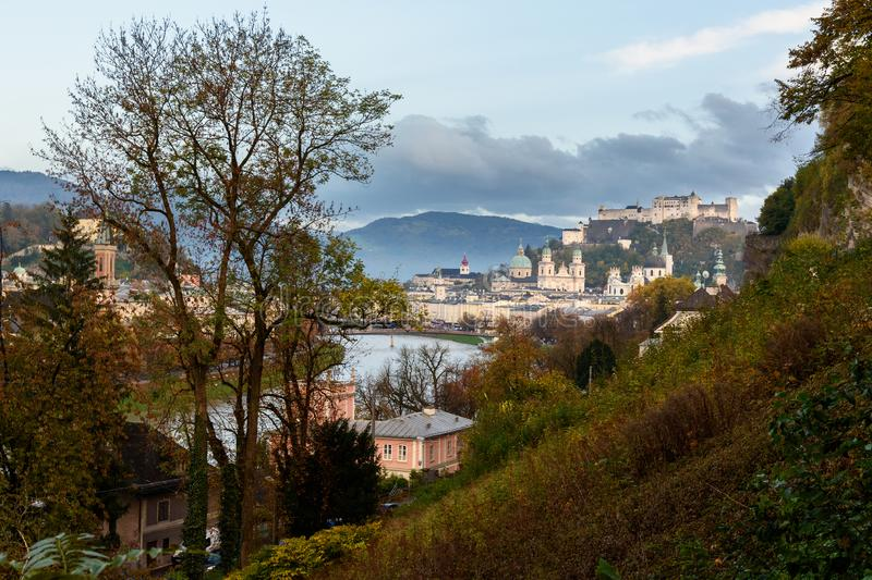 Ansicht von Salzburg- und Salzach-Fluss, Hohensalzburg-Festung auf dem Hügel ?sterreich stockbilder