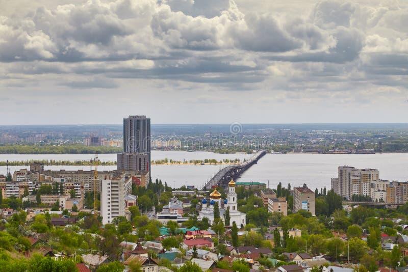 Ansicht von Saratow und von Brücke durch Volga lizenzfreie stockfotografie