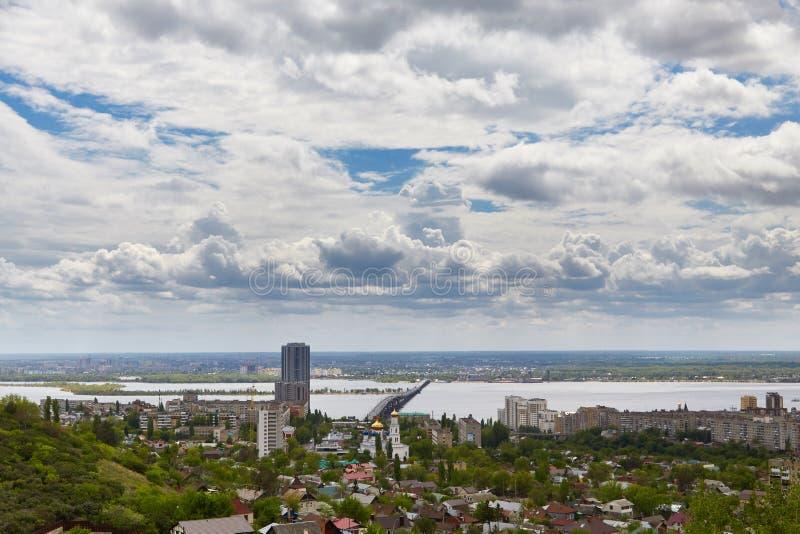 Ansicht von Saratow und von Brücke durch Volga stockbilder