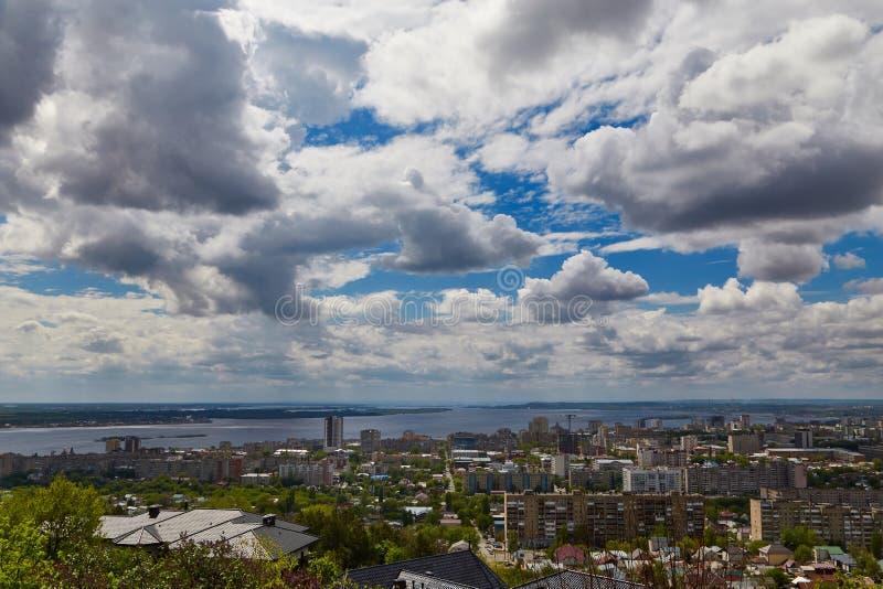 Ansicht von Saratow und von Brücke durch Volga stockfotografie