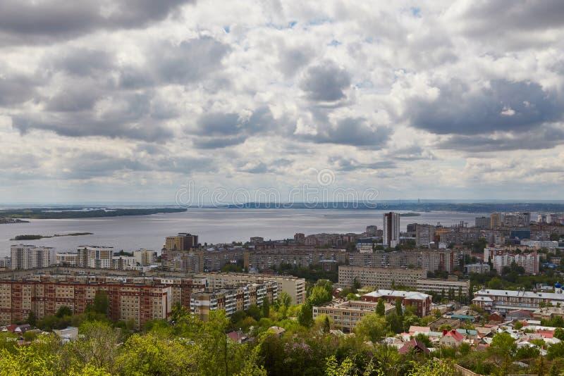 Ansicht von Saratow und von Brücke durch Volga lizenzfreie stockbilder