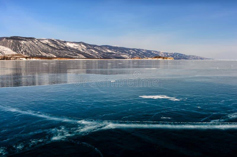 Ansicht von schönen Zeichnungen auf Eis von den Sprüngen und von den Blasen des tiefen Gases auf Oberfläche von Baikal See im Win stockbild