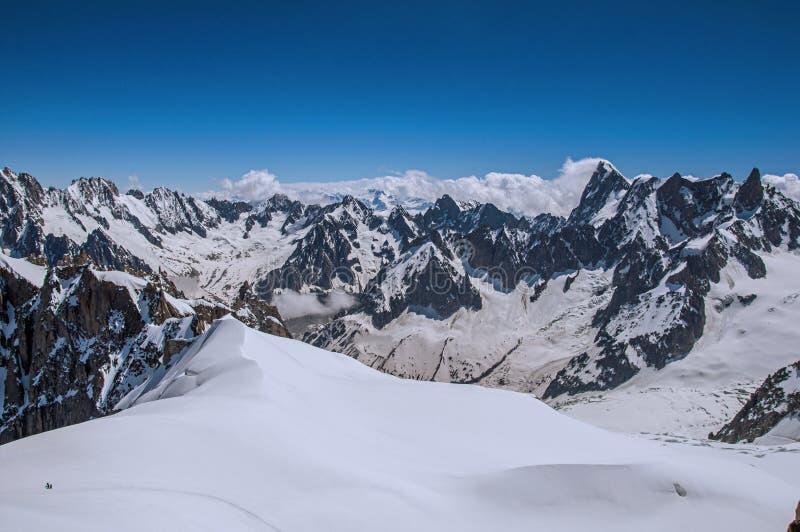 Ansicht von schneebedeckten Spitzen von Aiguille du Midi in den französischen Alpen stockfotos