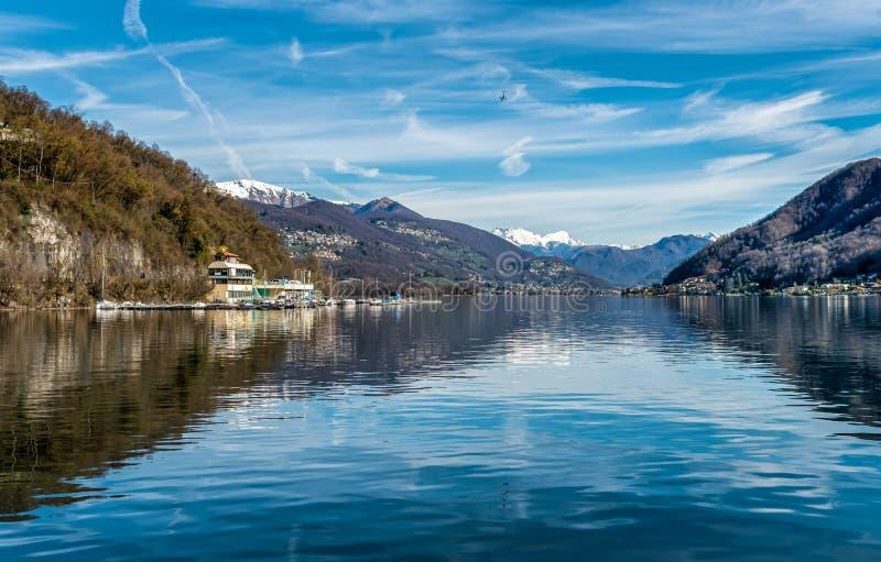 Ansicht von See Ceresio von Brusimpiano-Dorf, Provinz von Varese, Italien stockfotos