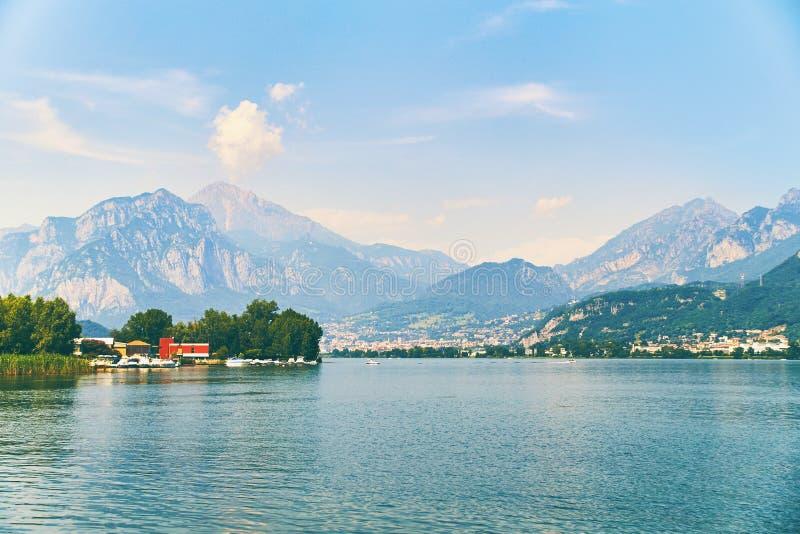 Ansicht von See Como mit Parkbooten und Yachten nähern sich Dorf von Pare, Lombardei, Italien lizenzfreies stockfoto