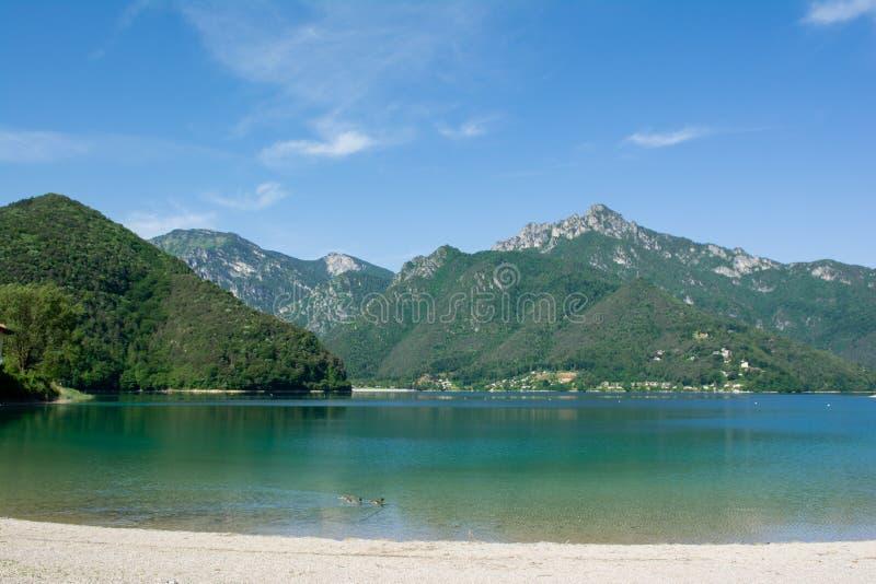 Ansicht von See Ledro mit schwimmenden Enten auf dem Vordergrund Trento, Italien lizenzfreie stockfotos