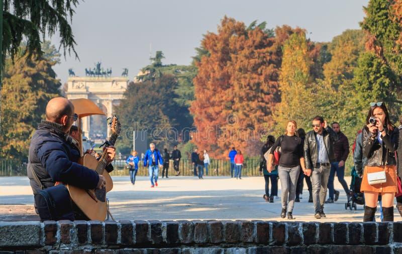Ansicht von Sempione-Park wo Spiele Musiker für Touristen stockfotos