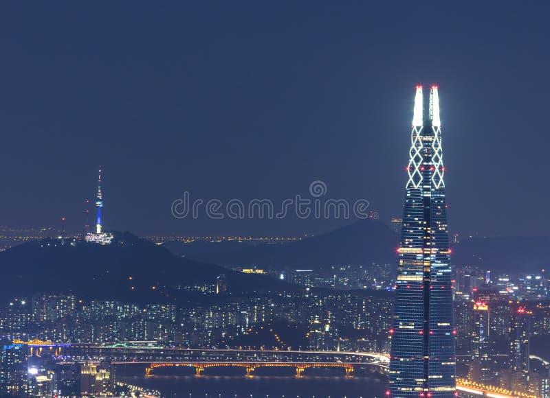 Ansicht von Seoul mit Lotte World Mall und Seoul ragen nachts hoch stockbild