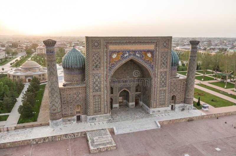 Ansicht von Sher-Dor Madrasa vom Minarett von Ulugbek Madrasah auf Ausrichtung lizenzfreie stockfotos
