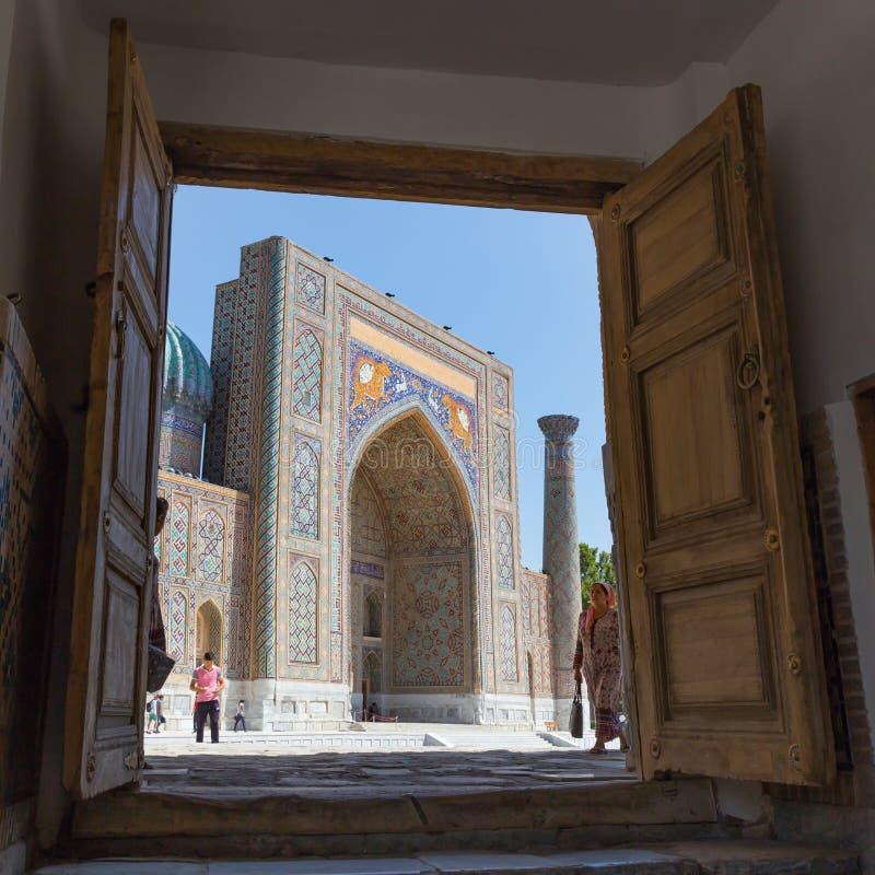 Ansicht von Sher-Dor Madrasah in Samarkand, Usbekistan lizenzfreie stockfotos