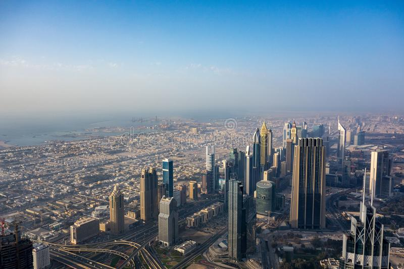 Ansicht von städtischem Dubai von Burj Khalifa lizenzfreie stockfotos