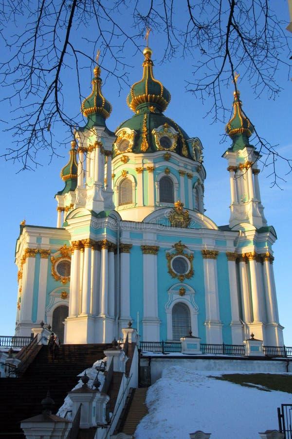 Ansicht von St- Andrew` s Kirche in Kiew-Stadt und im blauen Himmel Ukraine lizenzfreie stockfotografie