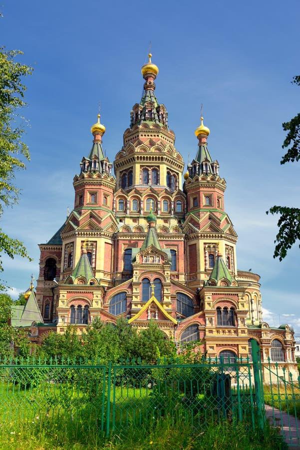 Ansicht von St- Peter und Paul-Kathedrale in der russischen Stadt von Peterhof nahe St Petersburg, Russland lizenzfreies stockbild