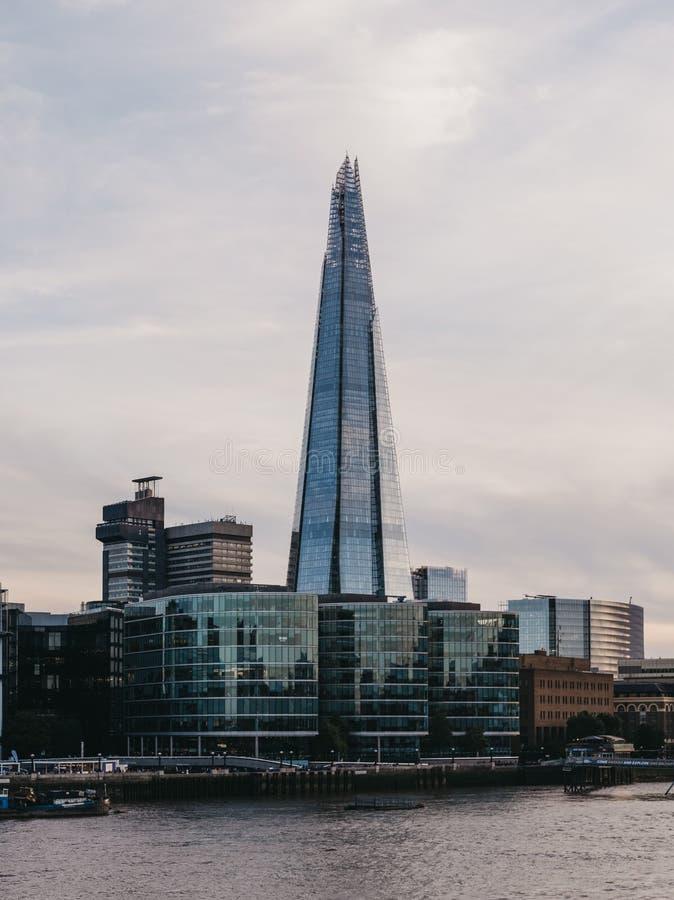 Ansicht von Stadtskylinen und von Scherbe während der blauen Stunde, London, Großbritannien stockfoto