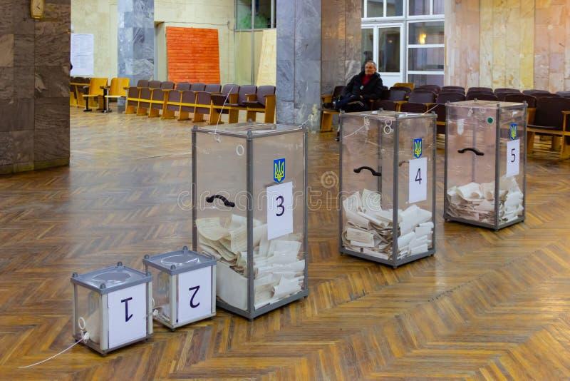 Ansicht von Stimmzetteln in der Wahlurne an der Abstimmungsstation Wahl von Ukraine-Präsidenten Beobachter von unterschiedlichem  stockfotos