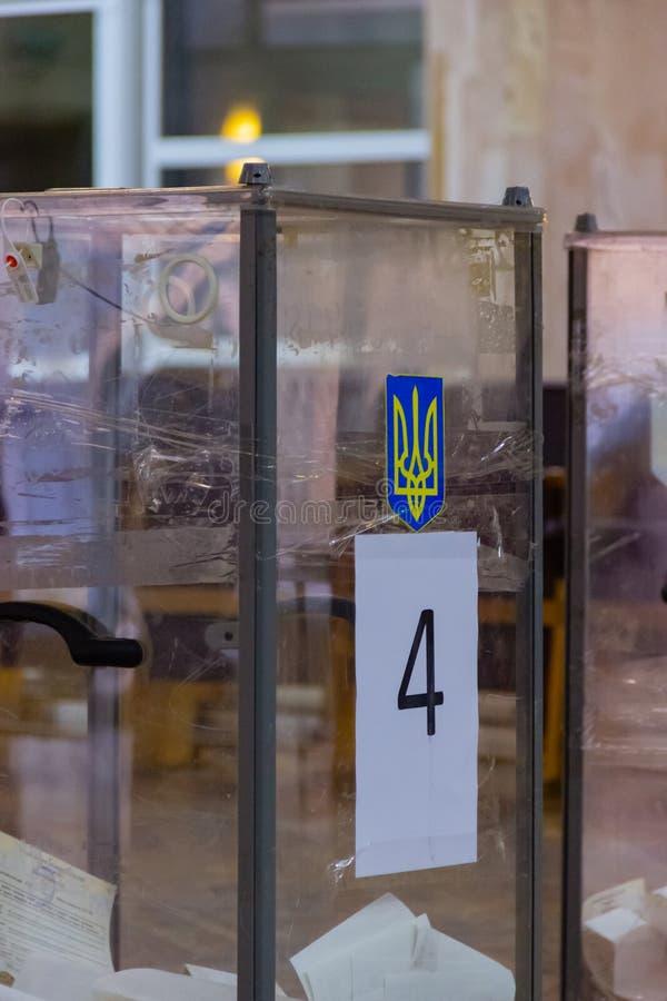 Ansicht von Stimmzetteln in der Wahlurne an der Abstimmungsstation Wahl von Ukraine-Präsidenten Beobachter vom unterschiedlichen  stockbild