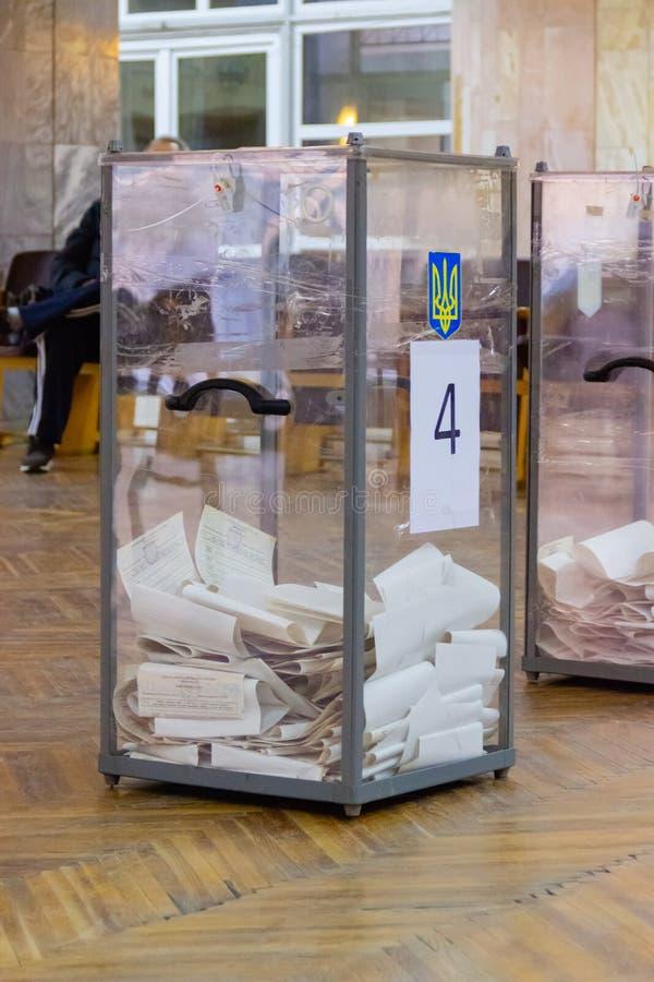 Ansicht von Stimmzetteln in der Wahlurne an der Abstimmungsstation Wahl von Ukraine-Präsidenten Beobachter vom unterschiedlichen  stockfoto