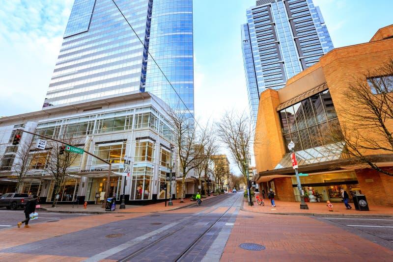 Ansicht von Straße Schalters Yamhill zwischen commerical Gebäuden im downto lizenzfreies stockbild