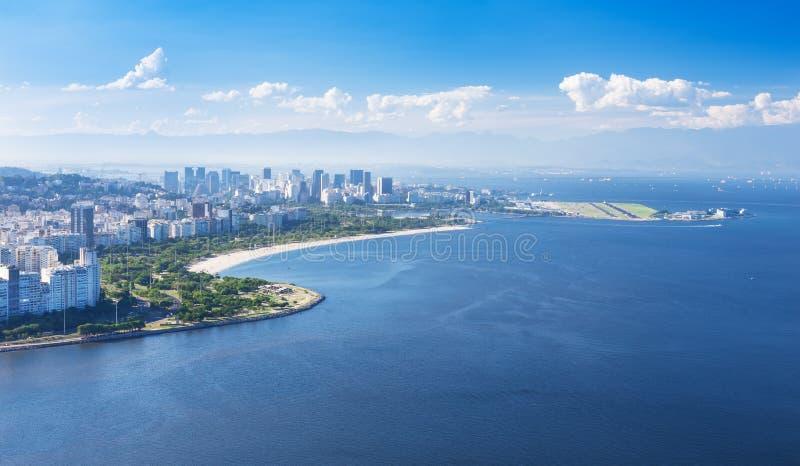 Ansicht von Strand und von Bezirk Flamengo in Rio de Janeiro stockbild